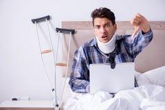 Zdradzony mężczyzna gawędzi online przez kamery internetowej w łóżku w domu Zdjęcie Royalty Free