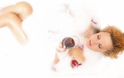 Zdrojów pojęcia Zmysłowa Nęci Seksowna Kaukaska Blond kobieta w Foamy wannie Zdjęcia Stock