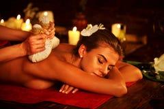 Zdrojów prezenty kobieta masaż w zdroju salonie Kobieta ziele gorącą balową terapię Zdjęcia Stock