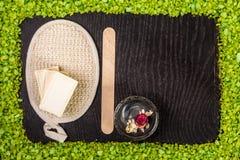 Zdrojów produkty: czarna glina i błoto pudrujemy, mydlimy, kąpielowa sól na drewno stołu tle Obrazy Royalty Free