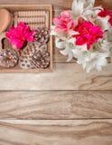 Zdrojów traktowania i masaży produkty Łazienek udogodnienia, odgórny widok na drewnianym stole, dekorującym z kwiatami Prezenta p obraz royalty free