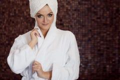Zdrojów traktowania, piękna kobieta w Bathrobe i ręcznik na głowie, Zdjęcia Stock