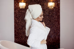 Zdrojów traktowania, piękna kobieta w Bathrobe i ręcznik na głowie, Obraz Royalty Free