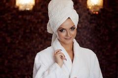 Zdrojów traktowania, piękna kobieta w Bathrobe i ręcznik na głowie, Zdjęcia Royalty Free