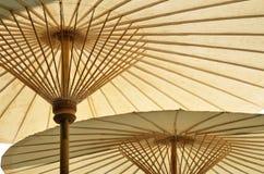 zdroju bambusowy parasol Zdjęcie Royalty Free