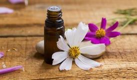 Zdroju i aromatherapy esencja Kwiecista istotna nafciana butelka z f zdjęcia stock