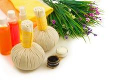 Zdroju kompresu piłki, butelki koloru aromata olej, dekoracyjny flowe Obraz Royalty Free