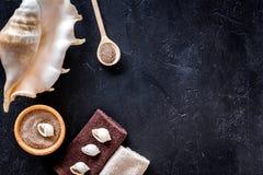 Zdroju kosmetyczny ustawiający z morze solą dla skąpania i skorupy na zmroku - błękitny tło odgórnego widoku mockup Obrazy Stock