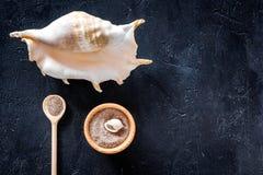 Zdroju kosmetyczny ustawiający z morze solą dla skąpania i skorupy na zmroku - błękitny tło odgórnego widoku mockup Fotografia Stock