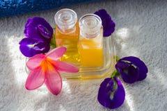 Zdroju kwiat i olej Zdjęcia Royalty Free