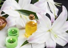 Zdroju kwiatu aromatyczny olej z lelujami obraz royalty free