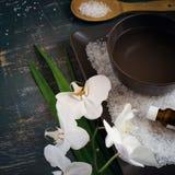 ZDROJU kwitnienia i położenia bielu orchidea Przestrzeń dla teksta Odgórny widok Obrazy Stock