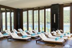 Zdroju luksusowego kurortu basenu teren Zdjęcia Stock