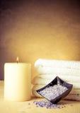 Zdroju masażu granicy tło z ręcznikiem brogującym i morze solą Zdjęcia Royalty Free