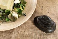 Zdroju masażu i mydła organicznie kamienie Fotografia Royalty Free