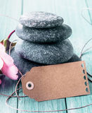 Zdroju masażu kamienie z pustą etykietką obraz royalty free