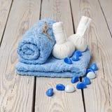 Zdroju masażu położenie z tajlandzkim ziołowym kompresem stempluje. Zdjęcie Royalty Free
