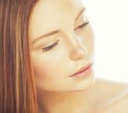 Zdroju obrazka atrakcyjnej damy młody czerwony włosy odizolowywający na bielu zakończeniu w górę istnego imbiru Fotografia Royalty Free