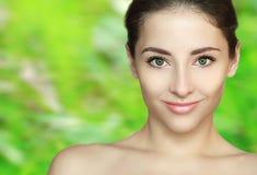 Zdroju piękna dziewczyny twarz na zieleni obrazy stock