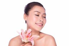 ZDROJU piękna kobieta z kwiatem Zdjęcia Stock