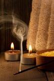 Zdroju położenie i wściekać się aromata kij na drewnianym tle Fotografia Stock