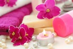 ZDROJU położenie z świeczkami i świeżymi fiołkami Zdjęcia Stock