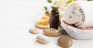 Zdroju położenie z esenci butelką, bawełniany ręcznik, masaży kamienie i fotografia stock