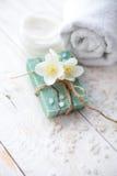 Zdroju położenie z jaśminowym okwitnięciem, naturalnym handmade mydłem i morze solą na białym drewnianym stole, Zdjęcia Royalty Free