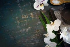 ZDROJU położenie z kwitnąć białą morze sól i orchidee Przestrzeń dla Zdjęcia Royalty Free