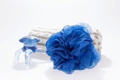 Zdroju pojęcia ręki ręcznik i błękitny wyposażenie Obrazy Royalty Free