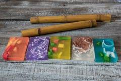 Zdroju pojęcie aromatyczni mydła i bambusów kije Zdjęcie Royalty Free