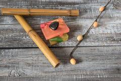 Zdroju pojęcie aromatyczni mydła i bambusów kije na drewnianej desce Obrazy Royalty Free
