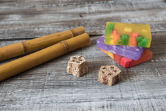 Zdroju pojęcie aromatyczni mydła i bambusów kije na drewnianej desce Obraz Royalty Free