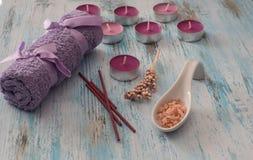 Zdroju pojęcie kwitnie świeczki i kąpać się purpury, aromatyczna sól, mydło Fotografia Stock