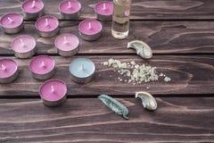 Zdroju pojęcie lawendowy olej, świeczki, aromatyczna sól Fotografia Royalty Free