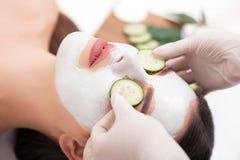 Zdroju pojęcie Młoda kobieta z odżywki twarzową maską w piękna sal obrazy royalty free