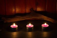 Zdroju pojęcie z świeczkami w noc abstrakta wciąż życia tle Zdjęcia Stock