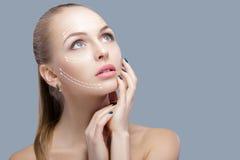 Zdroju portret atrakcyjna kobieta z strzała na twarzy twarzy udźwigu pojęciu Chirurgii plastycznej traktowanie, medycyna Zdjęcia Royalty Free