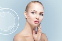 Zdroju portret atrakcyjna kobieta z strzała na twarzy twarzy udźwigu pojęciu Chirurgii plastycznej traktowanie, medycyna Zdjęcia Stock