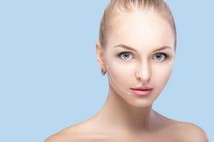 Zdroju portret atrakcyjna kobieta z strzała na twarzy twarzy udźwigu pojęciu Chirurgii plastycznej traktowanie, medycyna Obraz Stock