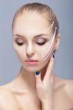 Zdroju portret atrakcyjna kobieta z strzała na twarzy twarzy udźwigu pojęciu Chirurgii plastycznej traktowanie, medycyna Obrazy Royalty Free