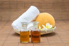 Zdroju skąpanie, sól, ręcznikowej gąbki istotny olej i kwiat dla zdroju, on zdjęcie royalty free