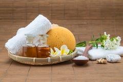 Zdroju skąpanie, solankowa łyżka, ręcznikowej gąbki istotny olej i kwiat dla, obrazy stock