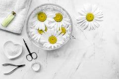 Zdroju skład na białym biurku z chamomile, ręcznika i manicure'u ustalonego copyspase odgórnym widokiem, Fotografia Royalty Free