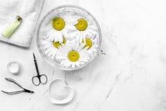 Zdroju skład na białym biurku z chamomile, ręcznika i manicure'u ustalonego copyspase odgórnym widokiem, Zdjęcia Stock