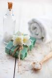Zdroju skład z jaśminem kwitnie na stole Zdjęcia Stock