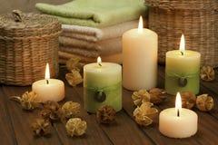Zdroju skład z kolorowymi świeczkami zdjęcia stock