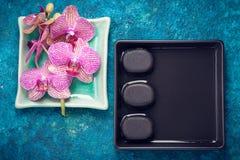 Zdroju skład z orchidei i kamieni zen Odgórny widok Obrazy Stock