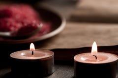 Zdroju skład z aromat świeczkami i pustego rocznika otwartą książką na drewnianym tle Traktowanie, aromatherapy Obraz Royalty Free