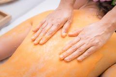 Zdroju terapeuta używa ręki szorować Fotografia Stock